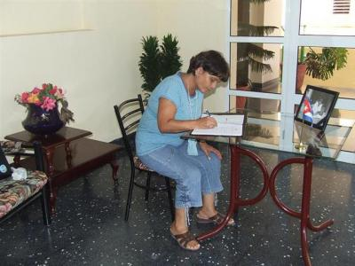 20100912034719-dalia-firma-libro-condolencias-lucius.jpg